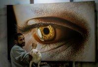 O artista KAMALKY LAUREANO pintando (óleo sobre tela)